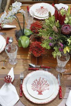 Corais, flores e muita alegria nesta mesa de almoço para reunir a família em um dia lindo de verão!