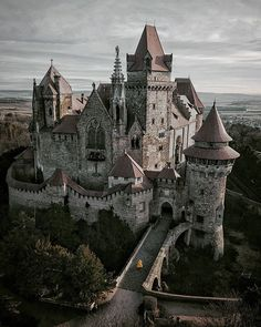 Beautiful Castles, Beautiful Buildings, Beautiful Places, Chateau Medieval, Medieval Castle, Gothic Castle, Medieval Gothic, Dark Castle, Medieval Houses