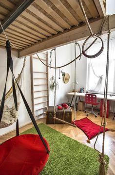 Vysoké stropy dovolily přesunout spaní do patra. Prostor pod postelí slouží jako domácí hřiště syna Kryštofa.