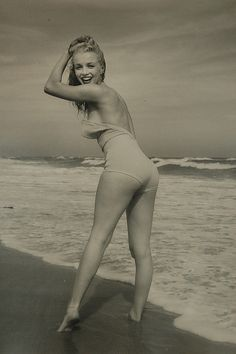"A vintage pinup shot of Hollywood legend ""Marilyn Monroe"" by photographer Andre de Dienes, circa Marilyn Monroe, Tilda Swinton, Divas, Brigitte Bardot, Audrey Hepburn, Michael Phelps, Michael Jackson, Classic Hollywood, Old Hollywood"