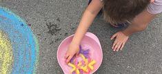 Komm wir spielen mit Wasser: Wir zeugen Euch drei einfache Wasserspiele. Hierfür braucht ihr nur Wasserpistolen, Kreide, Bälle und Schwämme. Schln können Eure Kids im Garten loslegen.