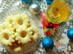 Vánoční cukroví - recepty na vánoční pečení | NejRecept.cz Christmas Baking, Christmas Cookies, Ornament Wreath, Doughnut, Sweets, Cooking, Desserts, Food, Biscuits