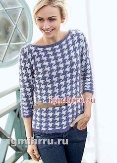 Двухцветный пуловер с узором «гусиная лапка». Вязание спицами