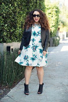 Look plus size: sandal boots com vestido floral e jaqueta de couro! Peças mais pesadas que quebram o romantismo do floral deixando a produção despojada!