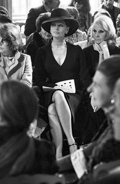 deshistoiresdemode: Sophia Loren & amp;  sua madre, Romilda Villani @ Christian Dior sfilata di moda a Parigi, marzo 1974.