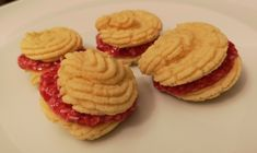 A delicious soft Low-carb Raspberry Tart Cookie sandwich filled with a lightly sweet raspberry jam filling. Ketosis Diet, Ketogenic Diet, Dessert Drinks, Desserts, Low Carb Recipes, Health Recipes, Raspberry Tarts, Low Carb Sweets, Almond Cakes