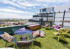 Hatfield Terrace het 'n pragtige dakdek met die oulikste sitplek! Rooftop Deck, Terrace, Virgin Active Gym, V&a Waterfront, The V&a, Open Plan Living, Queen Size Bedding, Outdoor Seating, Beach