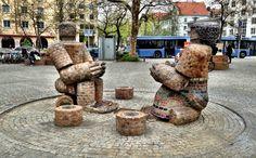 Rotkreuzplatz with contemporary fountain  Steinernes Paar (Couple in Stone, Klaus Schulze,  1984)