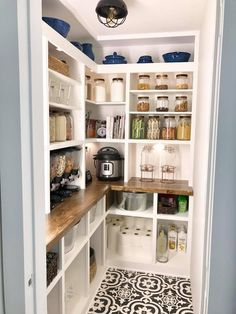 To make the pantry more organized you need proper kitchen pantry shelving. There is a lot of pantry shelving ideas. Kitchen Pantry Design, Kitchen Redo, New Kitchen, Kitchen Storage, Kitchen Remodel, Kitchen Dining, Kitchen Butlers Pantry, Outlets In Kitchen, Kitchen With Corner Pantry