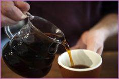 Beber cinco tazas de café al día, o una cantidad equivalente, no conlleva riesgos para la salud de la mayoría de la población, según un estudio sobre la seguridad de la cafeína. En la imagen, un hombre se sirve una taza de café en una fotografía de archivo tomada el 1 de octubre de 2014 en Nueva York. REUTERS/Carlo Allegri