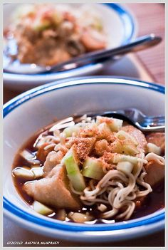 Pempek Palembang - savoury fishcake delicacy from Palembang, Indonesia. Made of fish and tapioca, served with yellow noodles and a dark, rich sweet and sour vinegar sauce. #Indonesian #traditional #food