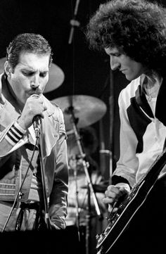 Freddie and Brian on stage (80s)
