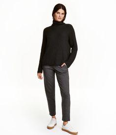 Dunkelgraumeliert. Treggings aus festem Jersey. Modell mit elastischem Bund, Seitentaschen und paspelierten Potaschen. Angedeuteter Hosenschlitz.