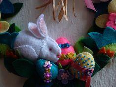 Detalle de Corona de Pascua.  Elaborada en Paño lenci - Fieltro.