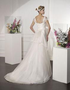#RAVIOL | Wedding Dress - Couture | VILLAIS by Sara Villaverde | Detachable open enfolding Train with Tulle layers (back)