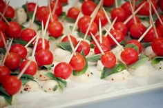 Finger food idea: Caprese skewers (toothpick with tomato, fresh basil leaf, seasoned fresh mozzarella balls) Pinchos Caprese, Caprese Skewers, Caprese Salad, Kabobs, Appetizers For Party, Appetizer Recipes, Christmas Appetizers, Otoño Baby Shower, Baby Showers