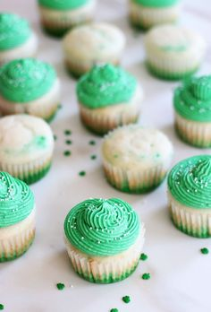 GREEN OMBRE CUPCAKES FOR ST. PATRICK'S DAY! Super simple and easy to make.