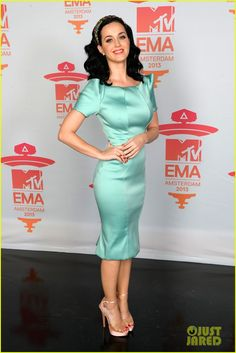 katy perry mtv ema 2013 red carpet 05 Katy Perry is all smiles while walking the red carpet at the 2013 MTV Europe Music Awards held at the Ziggo Dome on Sunday (November in Amsterdam, Netherlands. Khloe Kardashian, Robert Kardashian, Kris Jenner, Kendall Jenner, Mtv, Teen Choice Awards, Katy Perry Dress, Katy Perry Body, Katy Perry Birthday