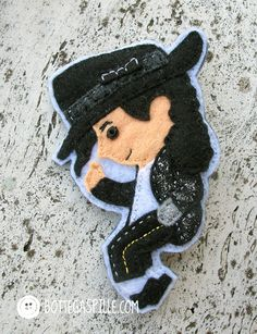 Michael Jackson - Billie jean La mia rappresentazione del grande re del pop! Nella sua inconfondibile posa con guanto e giacca brillantinati e capelli lunghi come li portava all'epoca! Cucita interamente a mano!