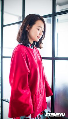 Shin Min Ah is a goddess that makes your mouth open just by looking at her, but she came back as an ahjumma with a voice that will make you plug your ears. She is an ahjumma that chases her husband...