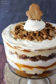 Cheesecake Trifle Gingerbread Cheesecake Trifle - layers of gingerbread, no bake gingerbread cheesecake, caramel and whipped cream!Gingerbread Cheesecake Trifle - layers of gingerbread, no bake gingerbread cheesecake, caramel and whipped cream! Brownie Desserts, Köstliche Desserts, Holiday Desserts, Holiday Baking, Christmas Baking, Holiday Recipes, Delicious Desserts, Holiday Parties, Christmas Recipes