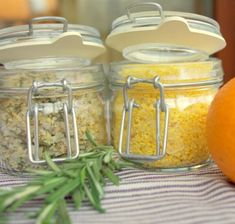Ароматная соль Апельсиново-имбирная 150 г морской соли цедра 1 апельсина около 5 см корня имбиря Цедру и имбирь натереть на терке, смешать с солью, перетереть как следует в ступке, высыпать на сковородку, просушить при небольшом подогреве, постоянно помешивая. Чесночно-розмариновая 150 г морской… No Salt Recipes, New Recipes, Chicken Recipes, Sauces, Homemade Seasonings, Food Club, Food Decoration, Spice Mixes, Asian Recipes