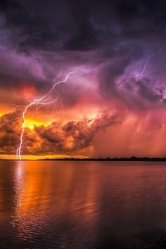 Psychedical Lightning, Lake Manatee Statate Park, Florida, US / por Justin Battles Lightning Photography, Nature Photography, All Nature, Amazing Nature, Beautiful Sky, Beautiful World, Nature Pictures, Cool Pictures, Thunder And Lightning