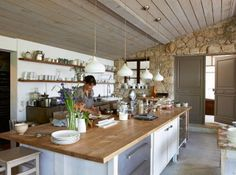Kitchen design An excellent way to produce your design ideas is to watch Home and Garden on television. There are tons of television programs around that will give you some popular ideas and teach you may make them a real possibility in your own home. Cosy Kitchen, New Kitchen, Kitchen Dining, Kitchen Decor, Kitchen Cupboard, Sweet Home, Cocinas Kitchen, Cuisines Design, Beautiful Kitchens