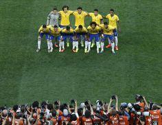 Os titulares do Brasil posam para a foto oficial do jogo de abertura da Copa contra a Croácia.