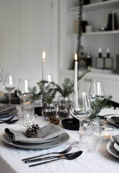 Minimalist Christmas table styling with fir, candles & pine .- Minimalist Christmas table styling with fir, candles & pine cones (These Four Walls) Christmas time in the country house 🌼 PS. Christmas Dining Table, Christmas Table Centerpieces, Christmas Table Settings, Christmas Tablescapes, Holiday Tables, Christmas Place Setting, Christmas Decorations Dinner Table, Pine Dining Table, Xmas Dinner