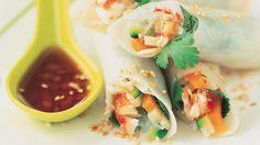 Salé - Rouleaux de printemps au crabe et aux légumes. Ingrédients : 250 g de julienne de légumes-1 c à s de gingembre-2 c à s de coriandre-2 c à s de menthe douce-120 g de chair de crabe-2 c à s de vinaigre de Xérès-2 c à s de nuoc-mâm-1 c à s de sucre semoule-50 g de vermicelles chinois-6 grandes feuilles de riz (type Suzi Wan). Facile, recette sur le site.