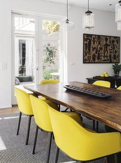 Decoração de: Sala de jantar; cadeiras amarelas estofadas;  Casa de Valentina