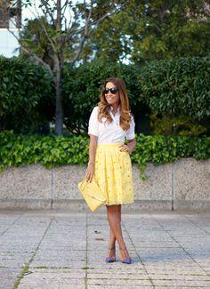 en amarillo (gasa troquelada) - blusa en blanco & complementos en morado & amarillo