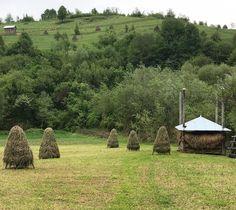 Il verde brillante del #Maramures #rainbowRTW anche quando sta per piovere i paesaggi bucolici mi affascinano da matti covoni di fieno prati e colline paesaggi che restano nella memoria a Poienile Izei. #Romania