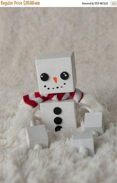 Cette adorable bonhomme de neige de bloc est fait de 2 » wood blocks pour sa tête et le corps et les blocs 1 » pour ses mains et ses pieds. Il est poncé, peint et mettre avec amour et Noël rêves et ne va pas fondre quand il fait chaud dehors ! Ce serait faire une parure adorable à n'importe quel décor de Noël. Il peut s'asseoir sur votre cheminée, sur une étagère ou n'importe où vous pouvez l'imaginer. Un peu comme l'elfe sur le plateau, Frosty seulement !! Peut être personnalisé avec un…
