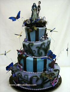 Funny pictures about Corpse Bride wedding cake. Oh, and cool pics about Corpse Bride wedding cake. Also, Corpse Bride wedding cake photos. Halloween Torte, Bolo Halloween, Halloween Wedding Cakes, Halloween Alley, Halloween Zombie, Halloween Goodies, Adult Halloween, Disney Halloween, Happy Halloween