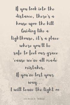 Leave a light on Fantastica canzone di Tom Walker dove l'amicizia viene concettualizzata come una luce perpetuamente accesa che accoglie e ripara tutti, soprattutto coloro che hanno smarrito la retta via.
