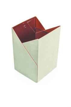 With pure, geomentric lines and a dualcolour effect, this modern design elevates the humble waste bin to a chic home accessory. Rigid structure covered in leather and nubuck Inner plexiglass box for easy cleaning. #domuscollection #paperbinfold #desk #stationery #leather #foglizzoleathergoods