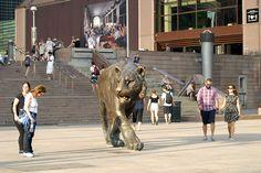 Скульптура гуляющего тигра