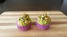 Cupcakes salados de garbanzos con ganache verde de aguacate y frutos secos.