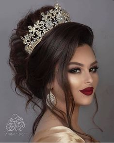 Here are Arabic makeup of wedding. Tag your friends and leave your comments . Bridal Makeup Looks, Wedding Hair And Makeup, Beauty Makeup, Hair Makeup, Hair Beauty, Tiara Hairstyles, Wedding Hairstyles, Bridal Hair Buns, Corte Y Color