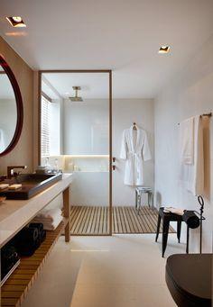 SUÍTE DO EXECUTIVO CASA COR 2013 : Banheiros modernos por BC Arquitetos