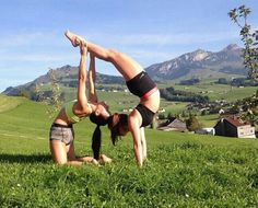 Entdecken Sie die Heilkraft von Yoga Open Stage poses acro poses advanced poses back pain poses flexibility poses for abs poses for beginner 2 Person Yoga, Two Person Yoga Poses, Yoga Poses For Two, Acro Yoga Poses, Partner Yoga Poses, Dance Poses, Yoga Handstand, Yoga Girls, Kid Yoga
