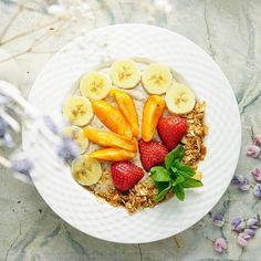 Huomenta Good morning . . #huomenta #hyväähuomenta #aamupala #aamiainen #tuorepuuro #smoothie #värikäs #värikäsruoka #nelkyplusblogit #healthychoises #breakfastbowl #breakfast #colorful #overnightoats #goodmorning