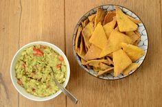 Zin in een hartige snack? Deze zelfgemaakte tortilla chips kun je eten zonder schuldgevoel. Glutenvrij, plantaardig en zonder olie, vers uit de oven.