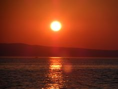 Loďka pri západe slnka