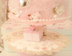 So shabby - Shabby Romantic English Cottage Bedrooms, Estilo Shabby Chic, Pearl And Lace, Pink Christmas, Pink Stripes, Toddler Bed, Wall Decor, Pastel, Romantic