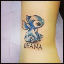 What does ohana tattoo mean? We have ohana tattoo ideas, designs, symbolism and we explain the meaning behind the tattoo. Disney Stitch Tattoo, Great Tattoos, New Tattoos, Small Tattoos, Tatoos, Tattoos For Daughters, Sister Tattoos, Ohana Tattoo, Tattoos Familie