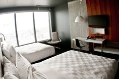 The Alt Hotel Montreal Griffintown is located in a large real-estate complex in one of the most lively districts of Montreal. Montreal Architecture, Architecture Design, Window Desk, Lobby Reception, Hotel Interiors, Wood Desk, Hotel Lobby, Hospitality, Concrete