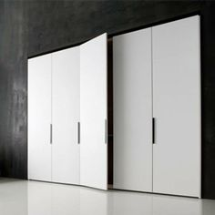 Molteni & C | Gliss 5th | Molteni Design Team.   Descuento: 40 %   Armario con puertas mod. Square brillo con tiradores de cristal. Iluminación Led interior.   Dimensiones: 249 x 64 x 243,9 cm.   Más info: http://www.vicentenavarro.es/outlet.jsf